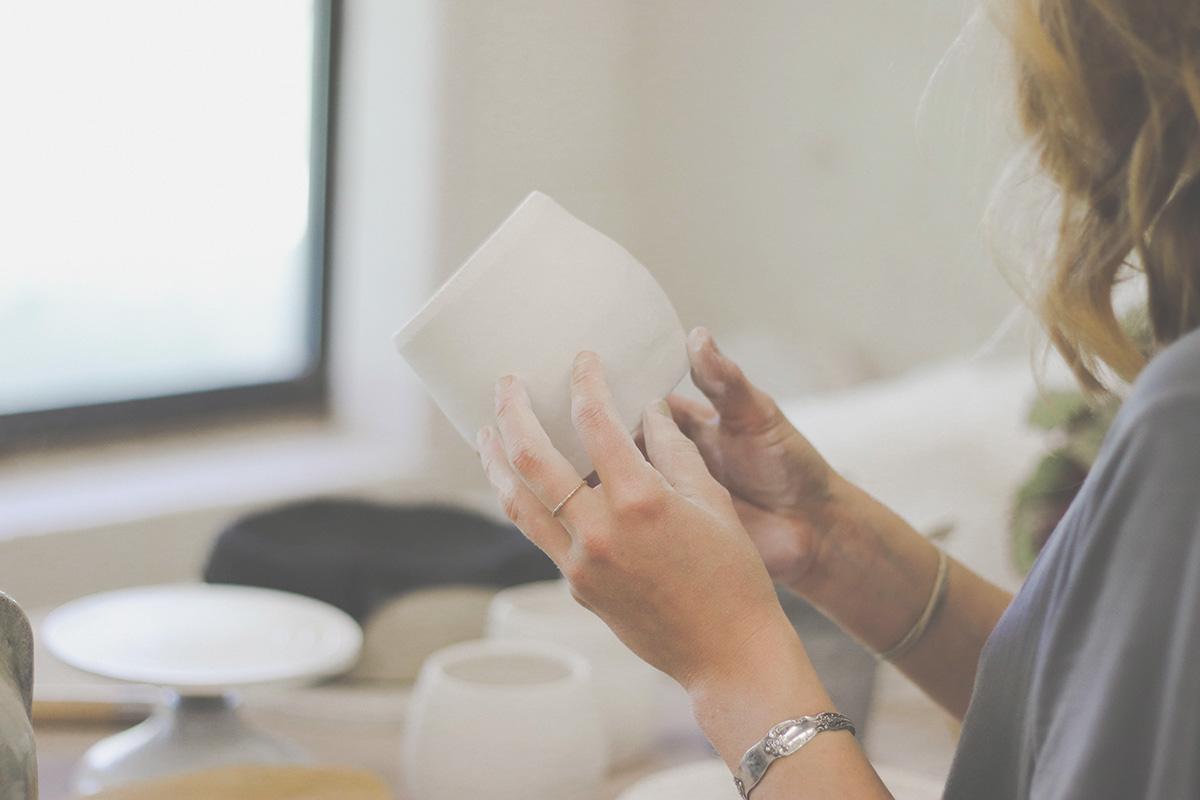 女性が陶磁器を見ている様子